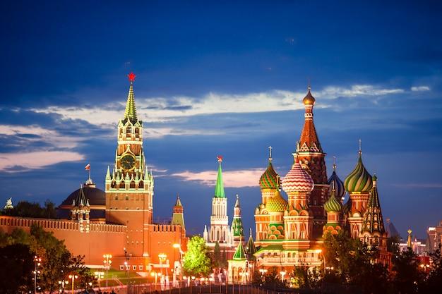 Панорамный вид на московскую достопримечательность во время заката из парка «зарядье»