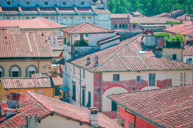ルッカの赤い屋根の古代建物の空撮