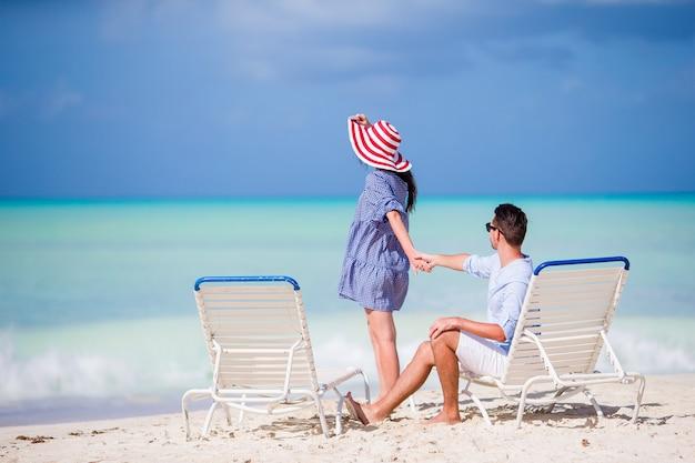 夏休みの間に白いビーチで若いカップル
