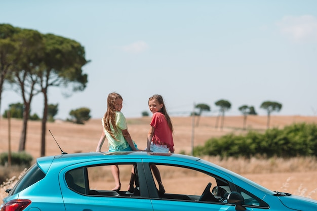 夏休みの車旅行と若い家族