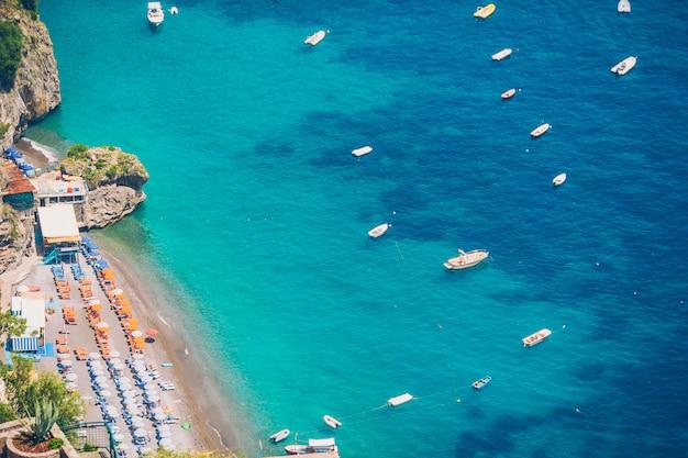 イタリアの美しい海岸沿いの町-アマルフィ海岸の風光明媚なポジターノ