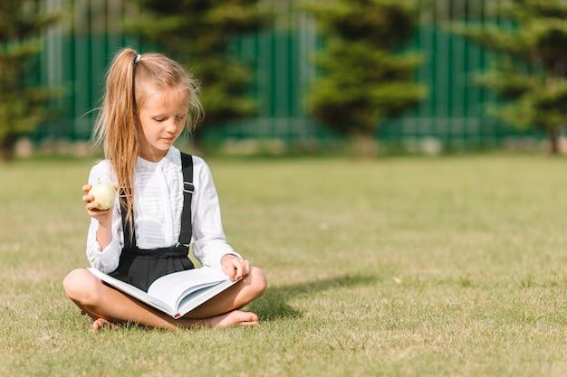 屋外の黒板と幸せな小さな女子高生