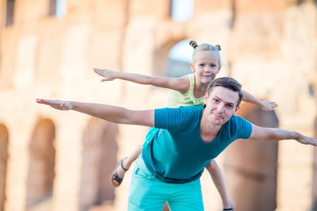 若い父親と少女の背景コロッセオ、ローマ、イタリア