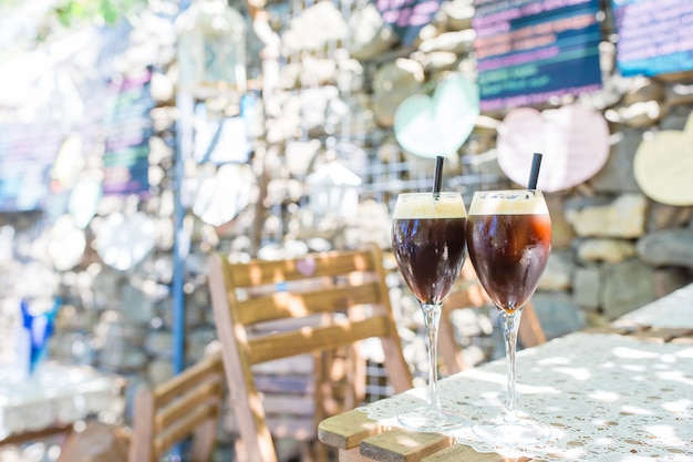 屋外カフェでグラスに冷たいコーヒー