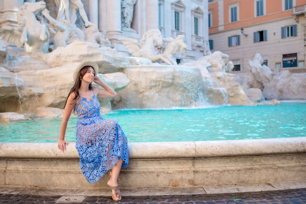 市内地図と噴水フォンタナディトレビ近くの美しい少女