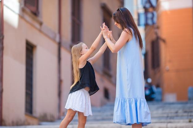 幸せなママと愛らしい少女、ローマ、イタリアを旅行