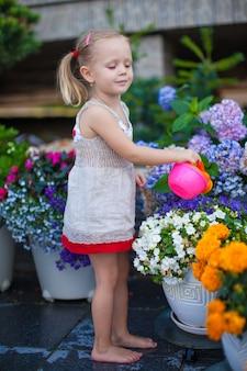 水まき缶で花に水をまく素敵な女の子