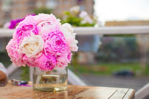 レストランでテーブルの上の花瓶に牡丹の魅力的な花束