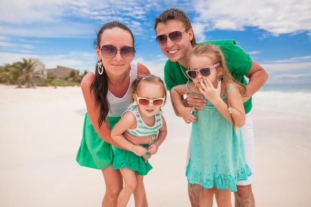 家族のビーチでの休暇