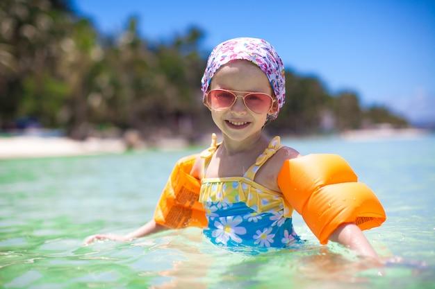 海の愛らしい少女は楽しい時を過す