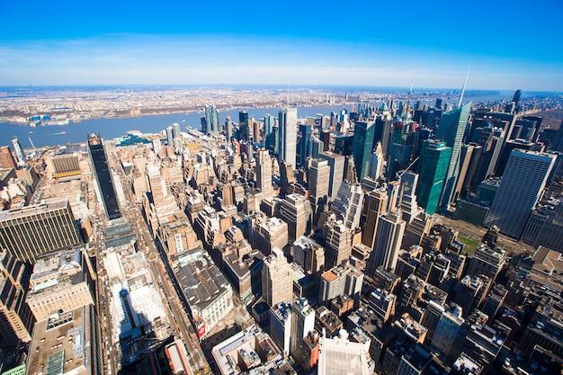夕暮れ時のスカイラインとニューヨーク市マンハッタンパノラマ空撮。