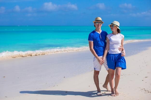幸せなカップルは、カリブ海のビーチでの休暇中に楽しい時を過す