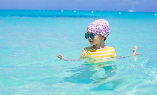 幸せな少女は、夏休み中に海で楽しい時を過す