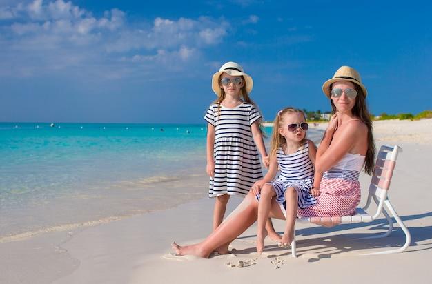 若い母親と彼女の小さな女の子は夏休みを楽しむ