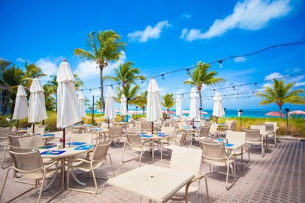 熱帯のビーチの屋外カフェ