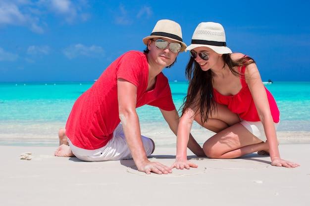 熱帯の白いビーチでカップルのクローズアップ