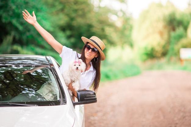 Молодая женщина турист, наслаждаясь на летние каникулы