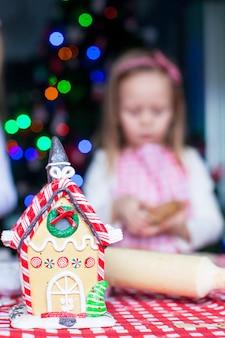 カラフルなキャンディーで飾られたジンジャーブレッドの妖精の家