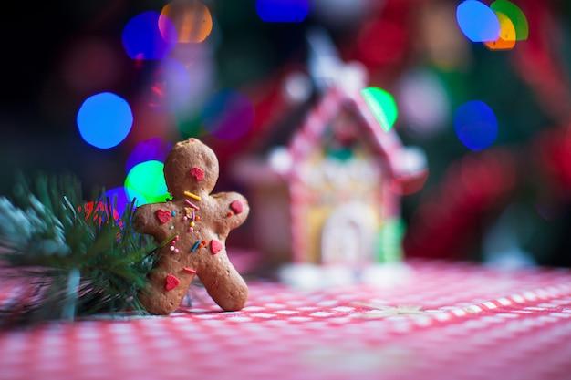 ジンジャーブレッド人、キャンディジンジャーハウス、クリスマスツリーのライトのクローズアップ