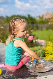 庭でおもちゃで遊ぶかわいい女の子