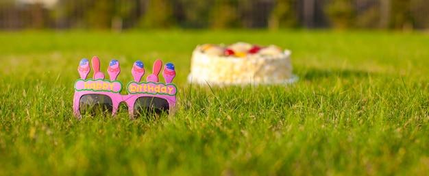 誕生日おめでとうと言う誕生日ケーキとグラス