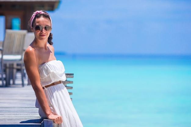 Молодая счастливая женщина на белом песчаном пляже