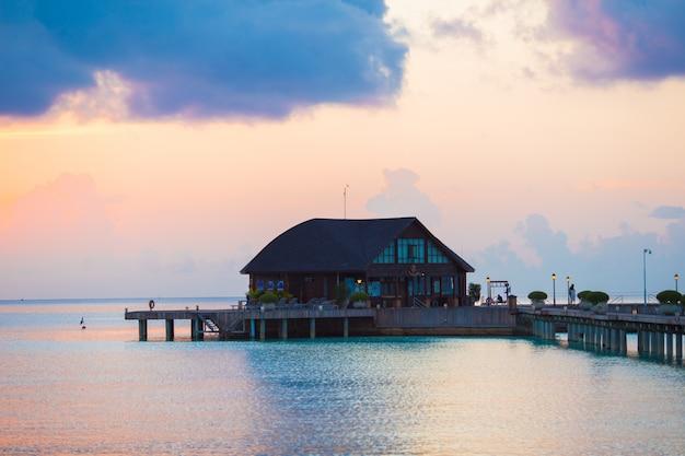 モルディブの熱帯の島の美しいカラフルな夕日