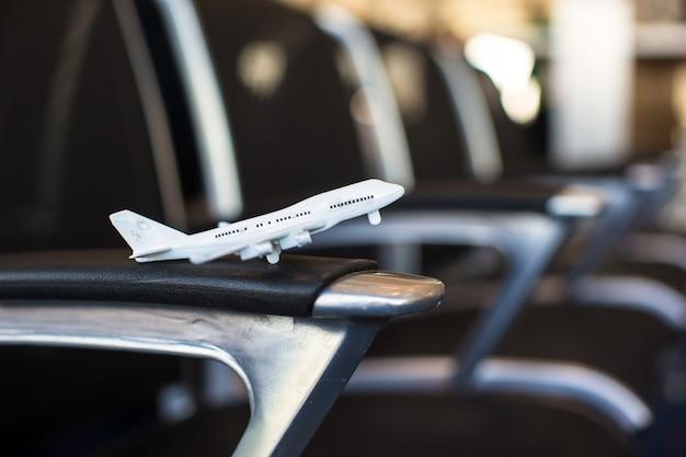 大型航空機内の小型飛行機モデル