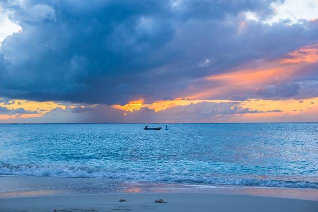 タークスカイコス諸島のプロビデンシアレス島の夕日への帆船