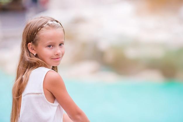 幸せな幼児の子供は、ヨーロッパでイタリアの休暇をお楽しみください。