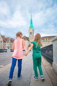 チューリッヒの屋外の愛らしいファッションの女の子