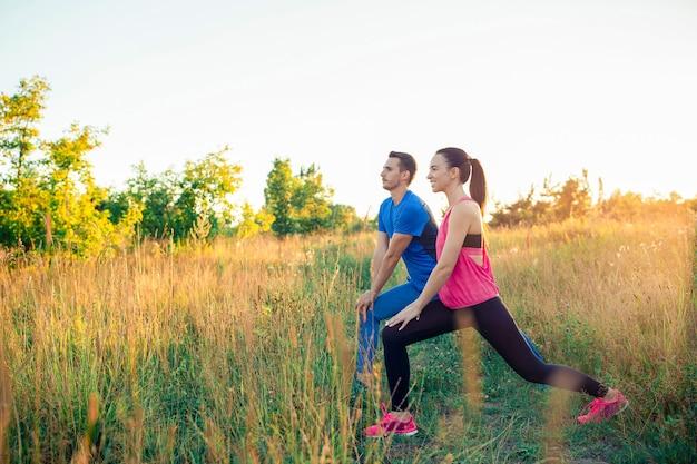 公園で実行されているアクティブな陽気なカップル。健康と運動。