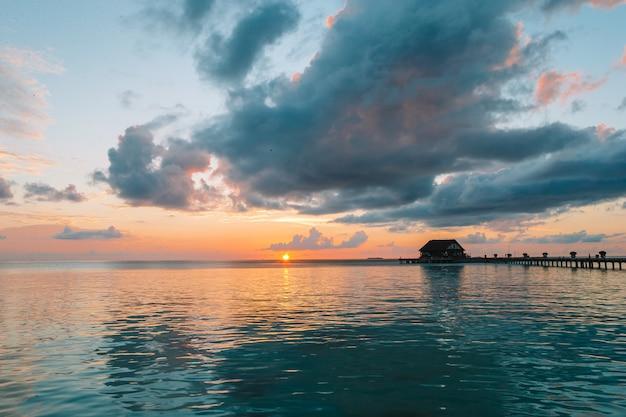 Красивый красочный закат в тропическом острове на мальдивах