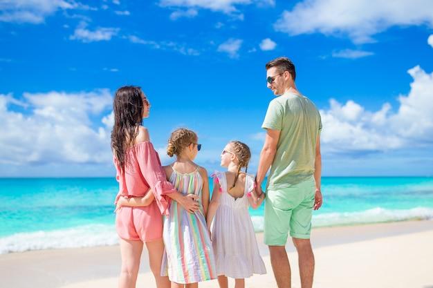 Молодая семья на пляжном отдыхе