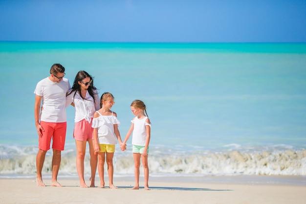 ビーチで幸せな美しい家族