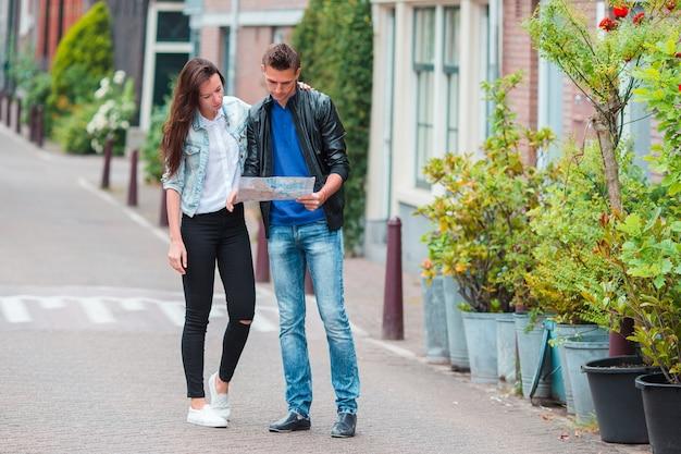 Пара молодых туристов, глядя на карту в европейском городе