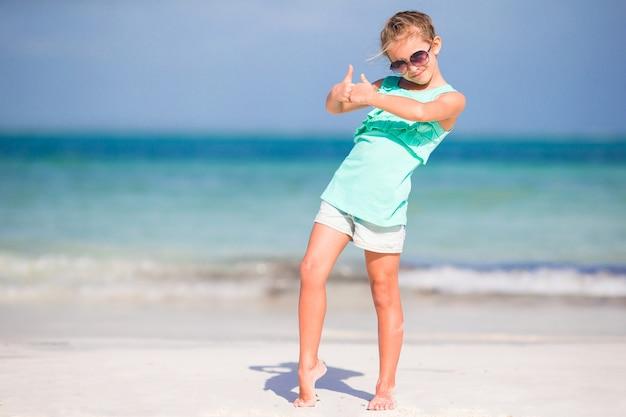 干潮時にビーチでの休暇にかわいい女の子