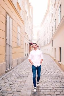 Молодой человек фоне старого европейского города принять селфи