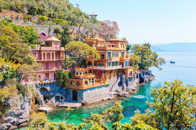 イタリア、ポルトフィーノのカラフルな家と美しい海岸。夏の風景