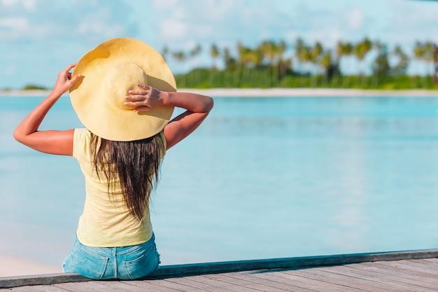 Молодая красивая женщина на тропическом пляже с белым песком