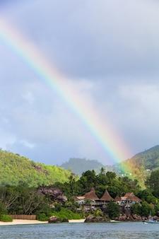 虹の熱帯の島と豪華なホテル