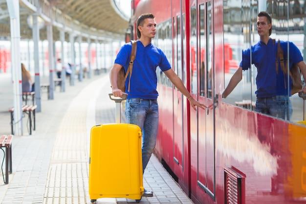 若い男が電車で旅行