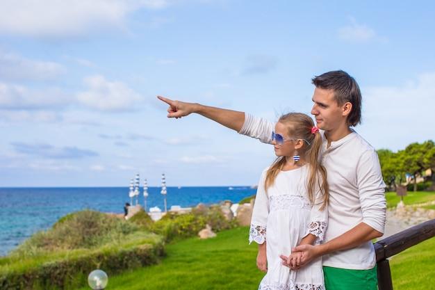 幸せな若い父と彼の愛らしい小さな娘屋外