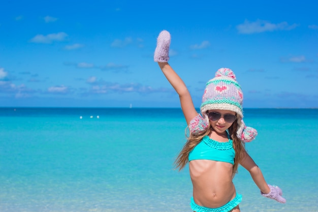 熱帯のビーチで楽しんでかわいい幸せな女の子