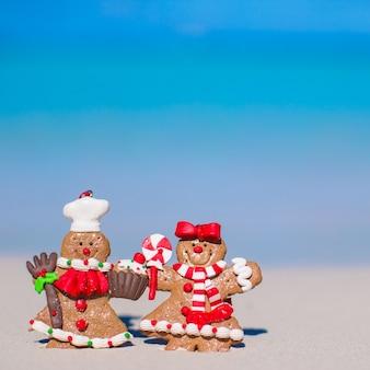 Закройте рождественские пряники на белом песчаном пляже