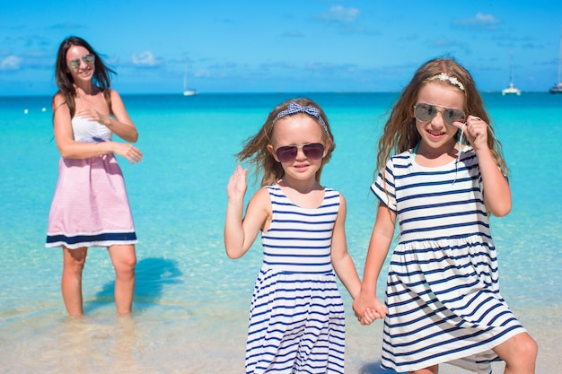 ビーチでの休暇中に幸せな女の子と若いママ