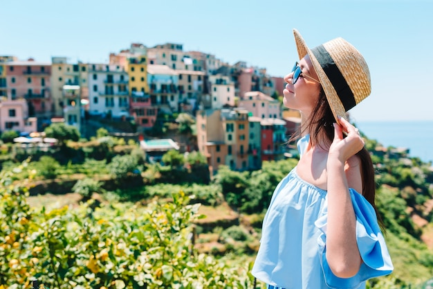 Молодая женщина с красивым видом на старой деревне в чинкве-терре, лигурия, италия. европейские итальянские каникулы.