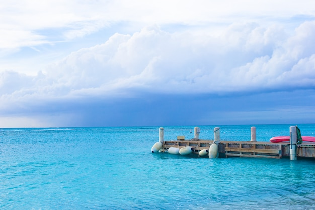 タークスカイコス諸島のカリブ海の島の完璧なビーチ桟橋