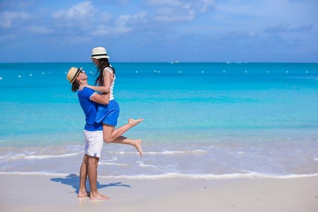 幸せなカップルは、休暇中に楽しい時を過す