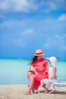 ビーチチェアに座ってビーチで家族